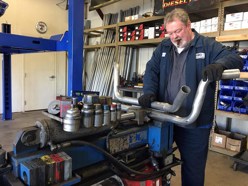 Rocky trabajando con herramientas en su taller