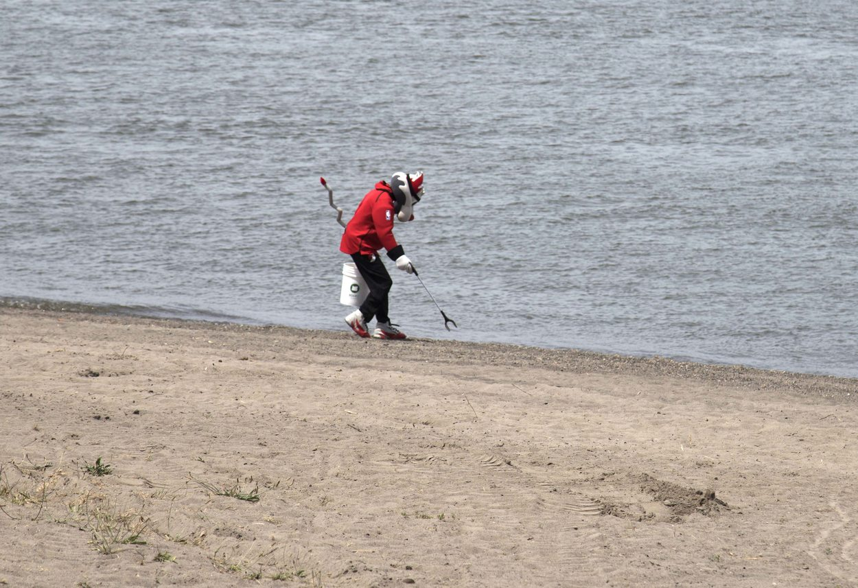 Portland Trail Blazers mascot Blaze cleans up trash from Broughton Beach
