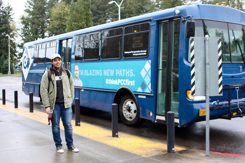 AJ Romero-Gemmell se acaba de bajar del microbus del colegio comunitario Portland Community College.