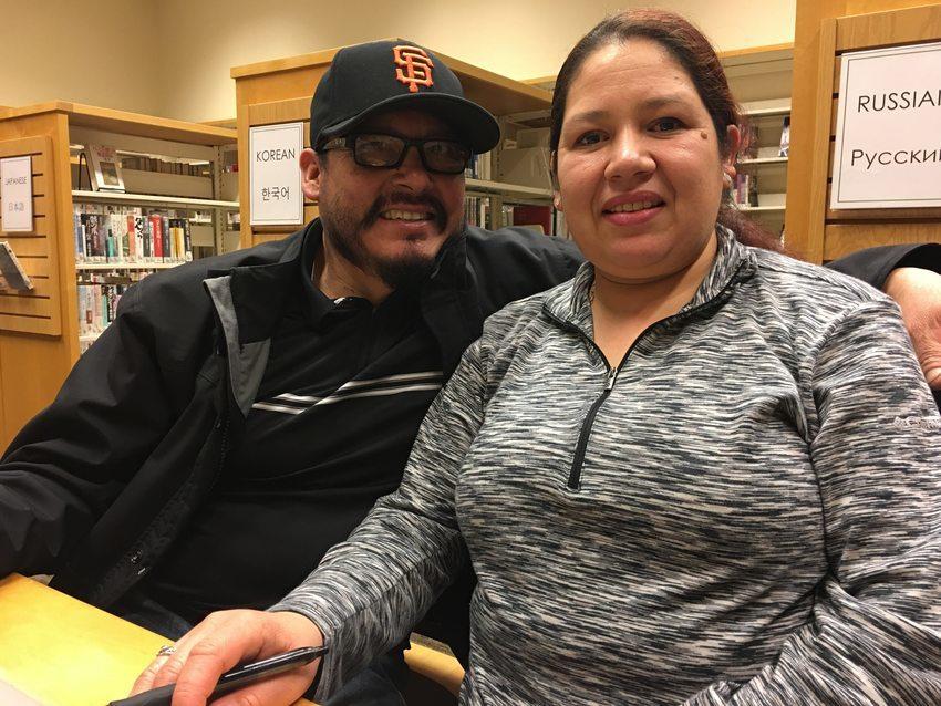 un retrato de Humberto Rodriguez y Manuela Martínez Espinoza sentados juntos