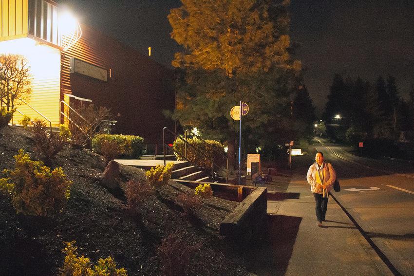 Manuela Martinez Espinoza camina en la madruga en la oscuridad para llegar a su parada de bus.