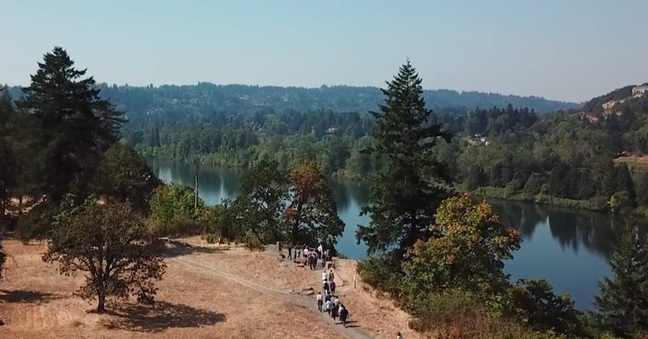 aerial photo of people walking along the viewpoint at Canemah Bluff
