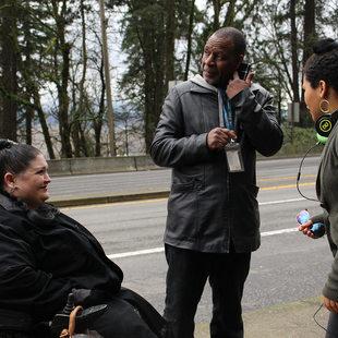 Linda y Richard Edwards esperan el autobús con su hija.