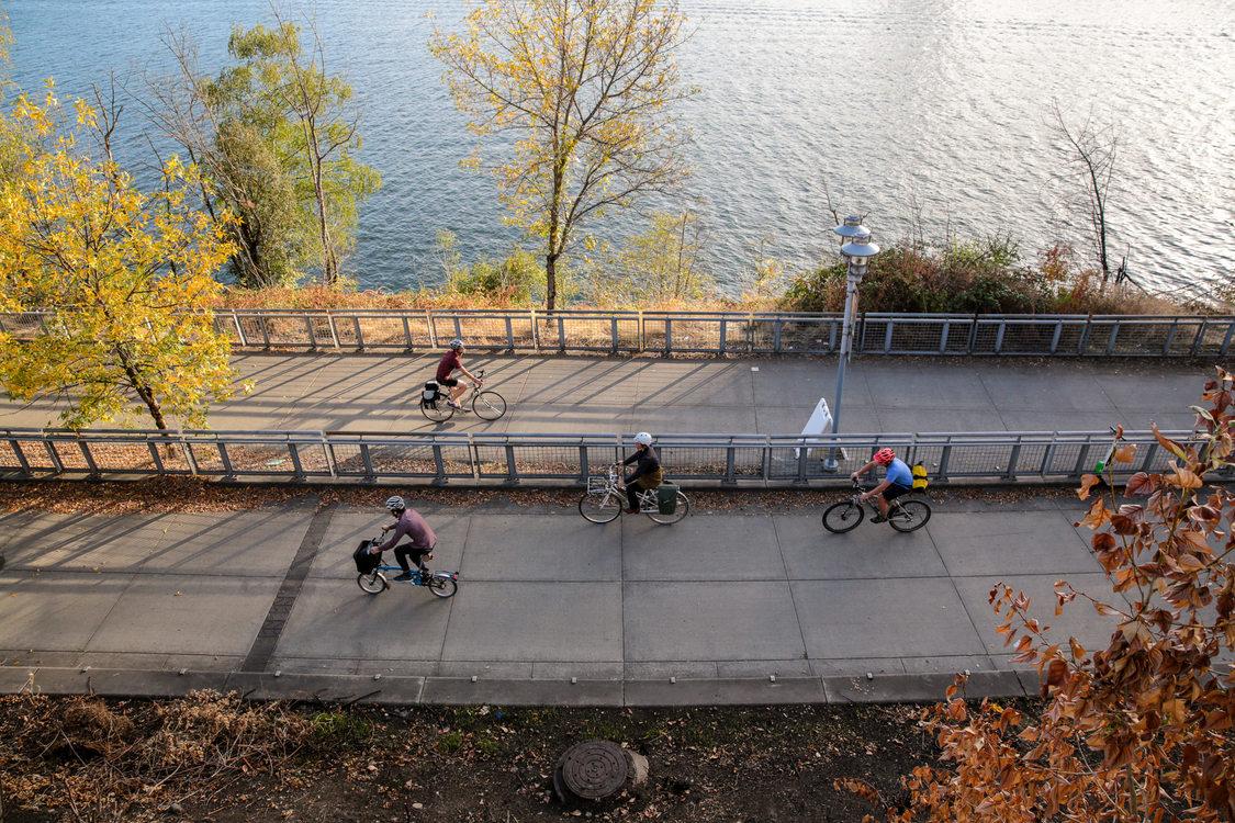Cyclists on Vera Katz Eastbank Esplanade