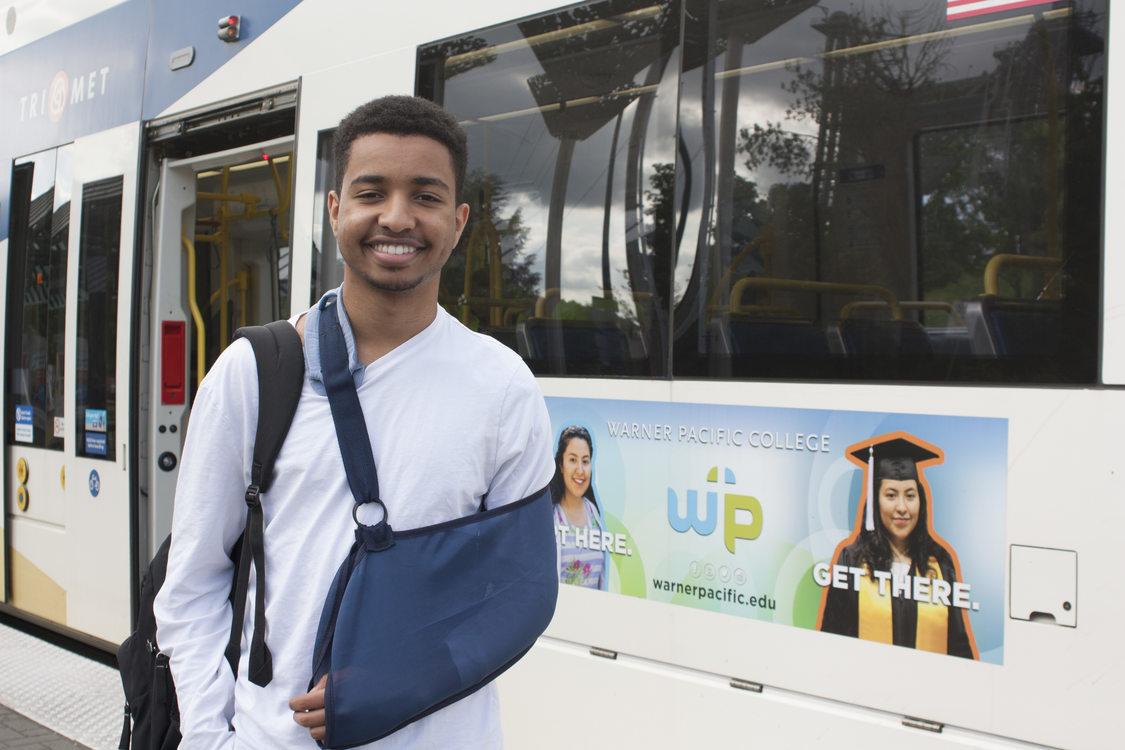 Ibrahim Ibrahim parado en la plataforma de una estacion del MAX de TriMet