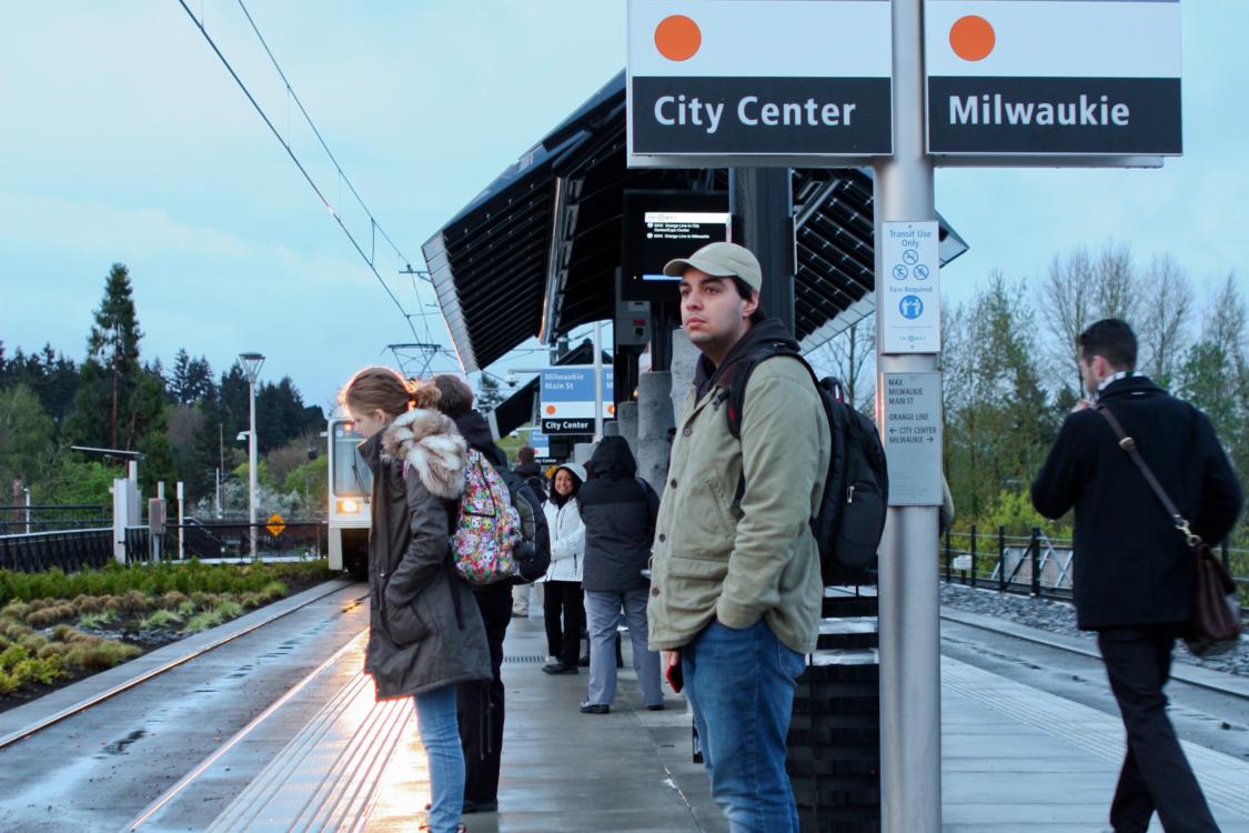 Gente esperando el tren MAX