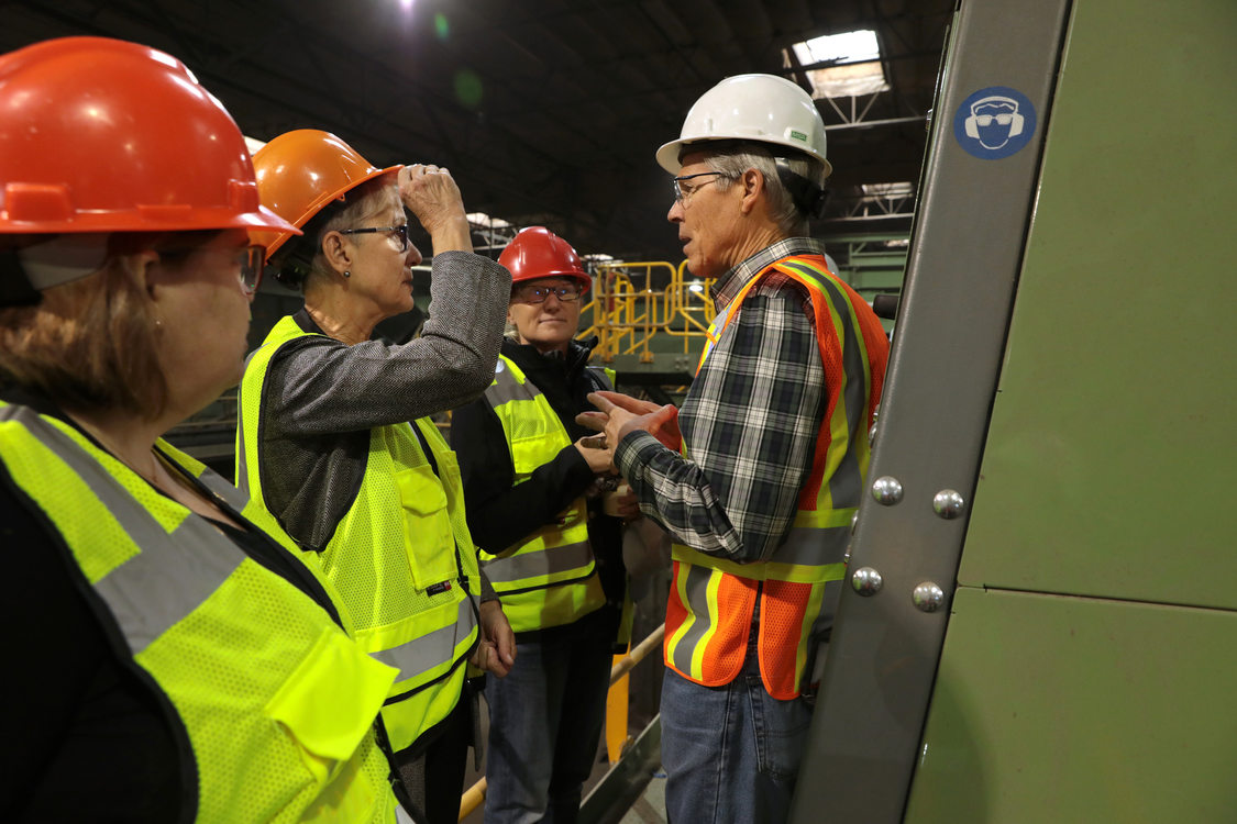 Metro councilors get a tour of Pioneer Recycling's robotic sorters