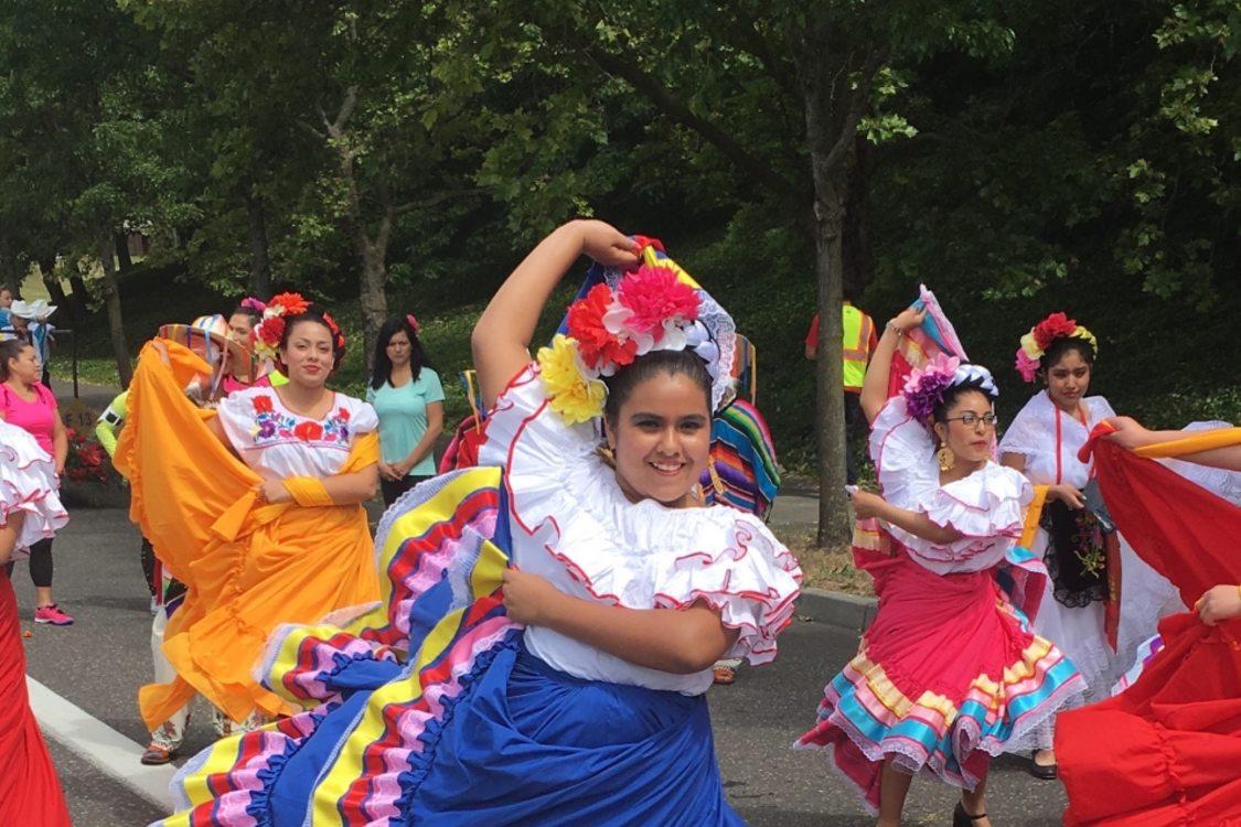 Niñas bailando una danza folclórica en sus trajes típicos