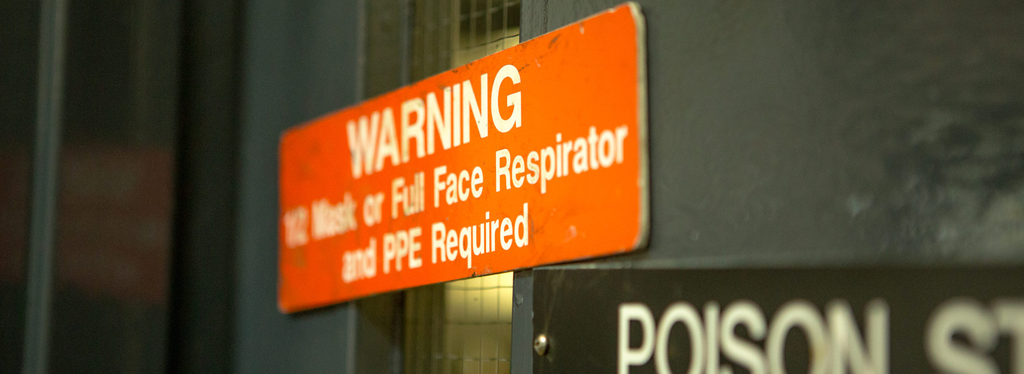 Orange warning sign indicating that masks or respirators must be worn.