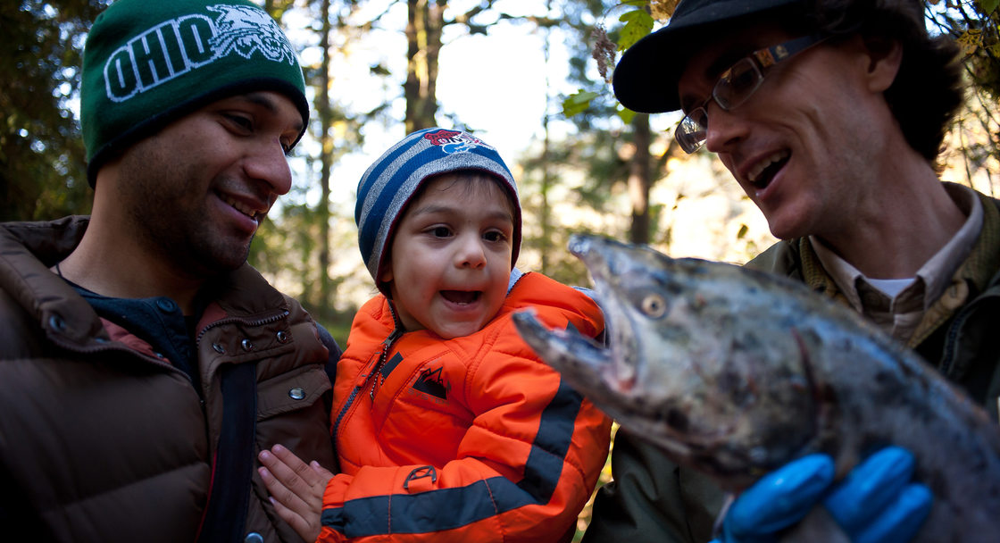 photo of naturalist and visitors at Salmon Homecoming